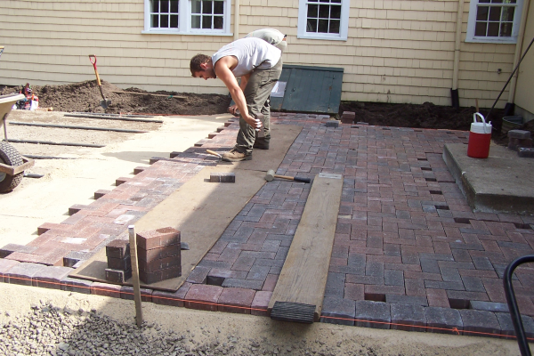 pavers-patio-laying